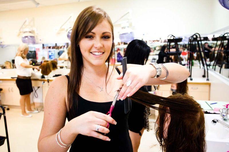 Где находятся и какие проходят курсы обучения парикмахеров
