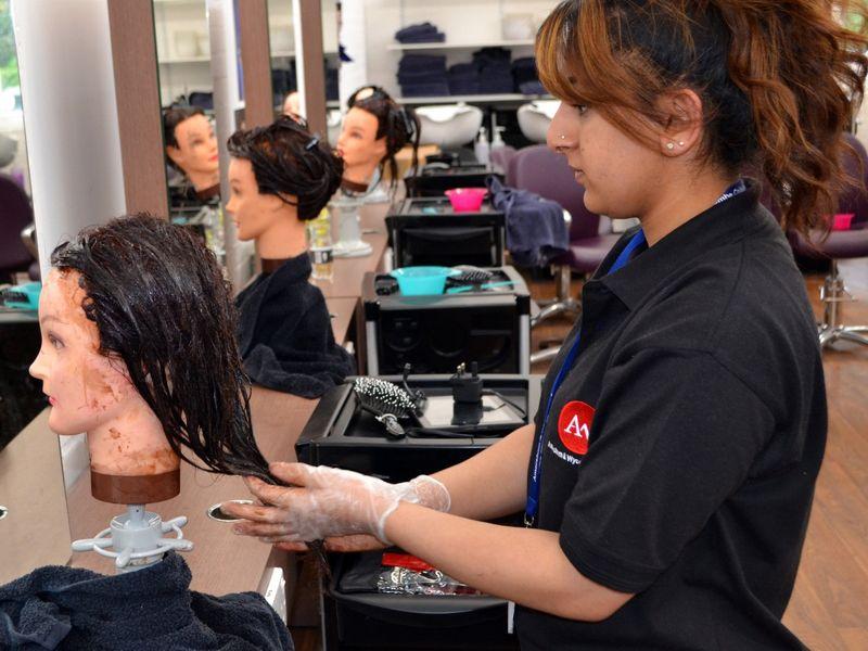 Подскажите, посоветуйте учебную студию (салон) парикмахеров
